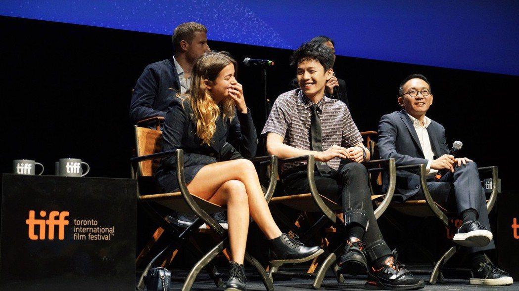 左起女主角Louise、男主角李鴻其、導演何蔚庭參加多倫多影展。圖/牽猴子提供