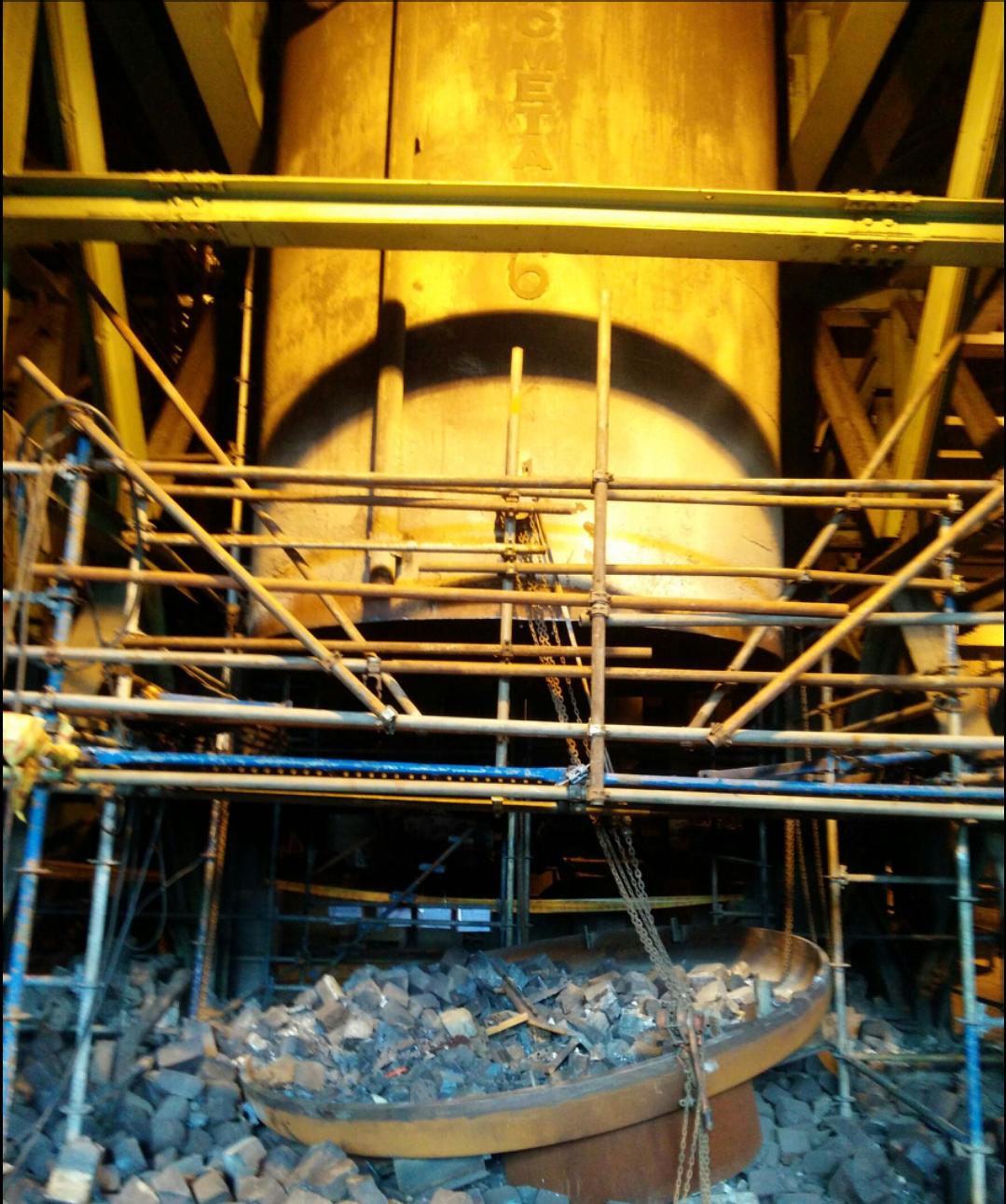 中鋼W392煉鋼廠真空築爐區10日上午10點45分雇用包商施作防火磚吊掛作業時,...