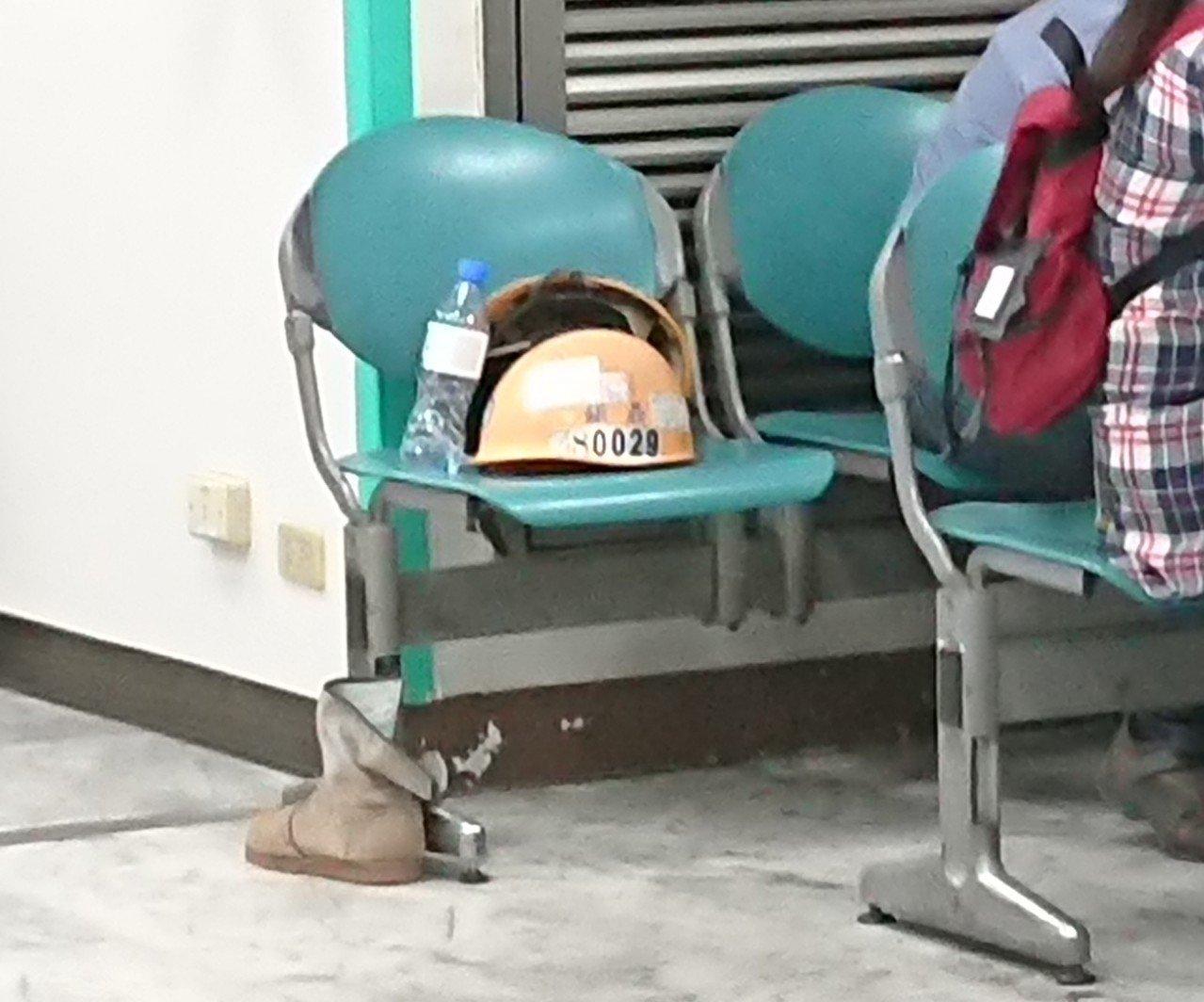 中鋼工安意外造成3名工人1死2傷,蔡姓及吳姓工人分在急診急救、包紮時,工程帽還遺...