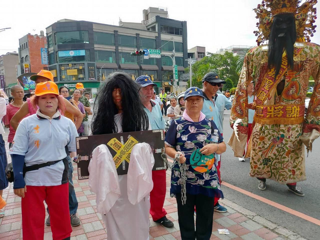40多歲有視力障礙的帥姓女子,從台北來嘉義參加,從100多名「女鬼候選人」中擲筊...