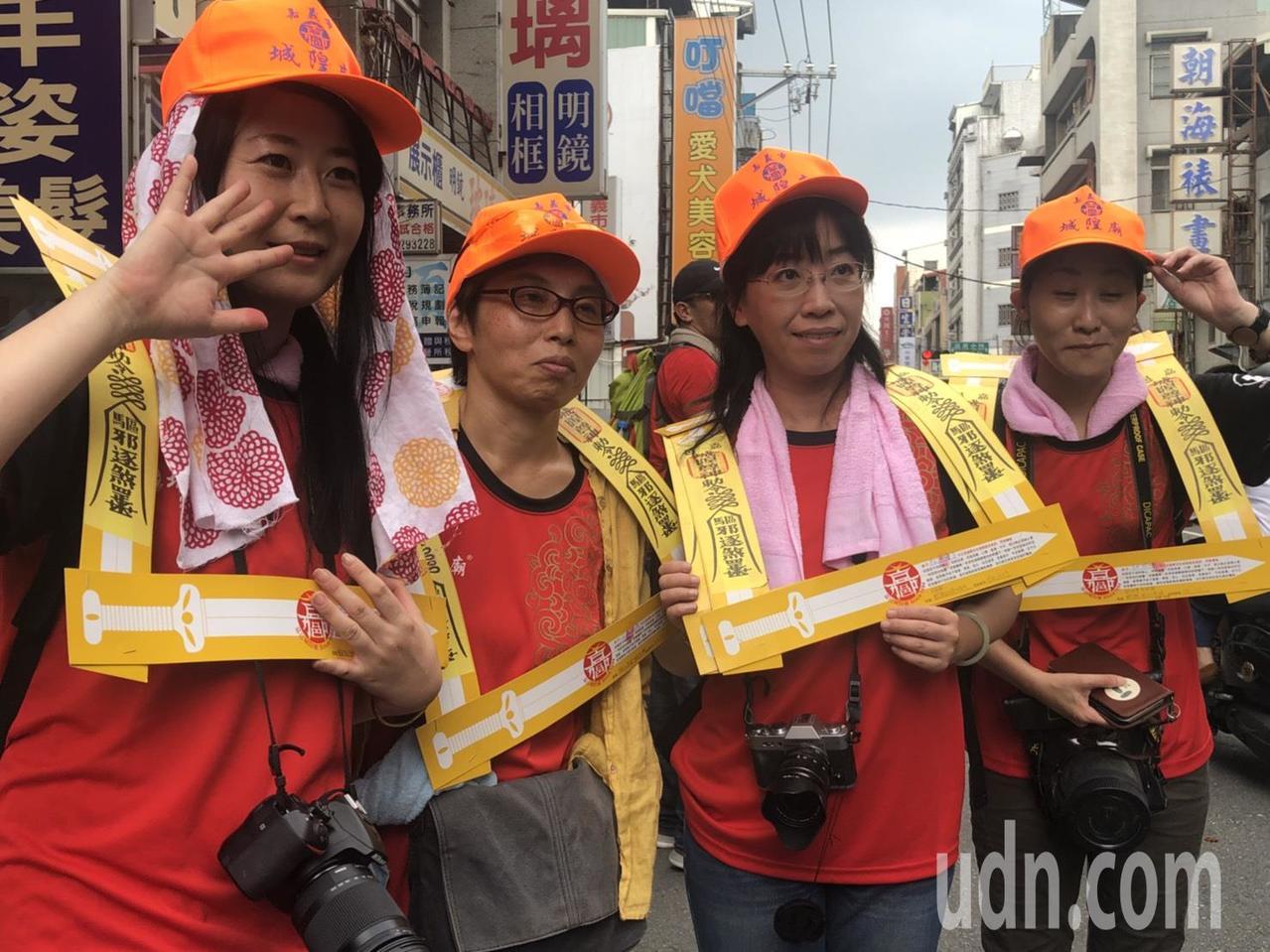 4名日本籍遊客也參加夯枷儀式。記者王慧瑛/攝影