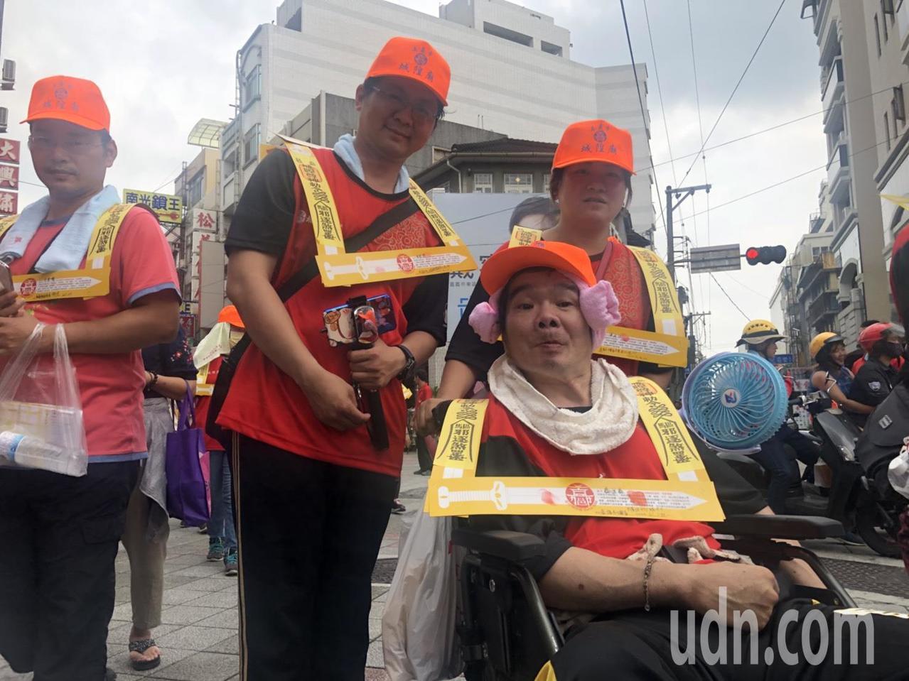 在參加夯枷儀式的近千名信眾中,坐輪椅的45歲鄭姓男子格外顯眼,他3年前車禍癱瘓,...