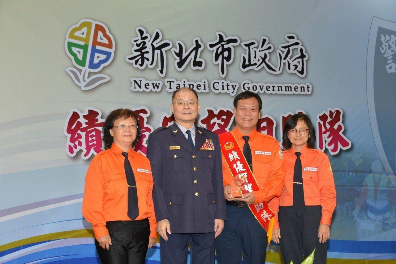 新北市警察局長胡木源(左二)與獲獎代表合影留念。圖/警方提供