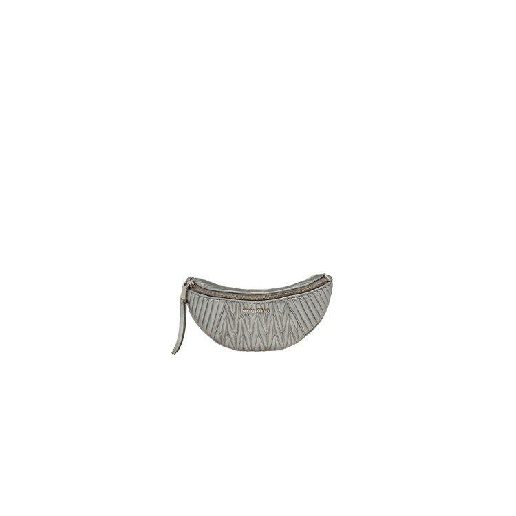 銀色小羊皮抓皺半圓形腰包,37,000元。圖/MIU MIU提供