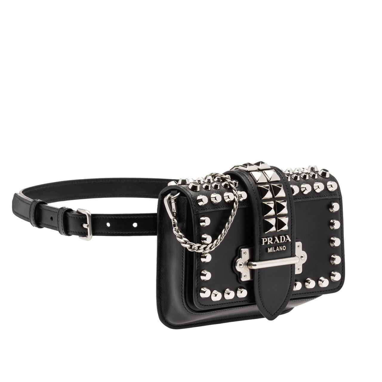 鉚釘裝飾Cahier金屬鍊帶腰包,60,000元。圖/PRADA提供