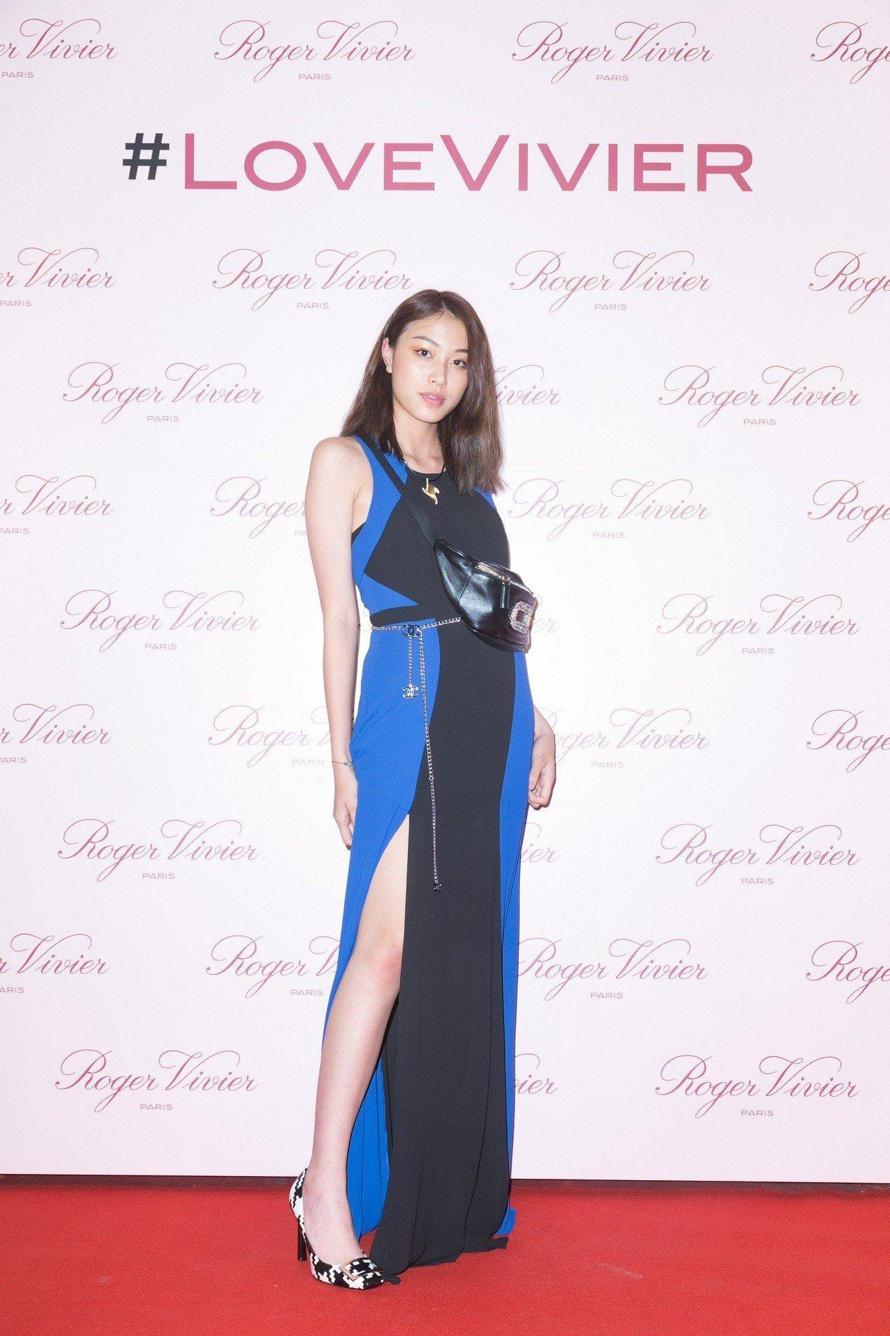 游鴻明女兒游宇潼配戴Roger Vivier水鑽釦飾腰包出席活動。圖/迪生提供