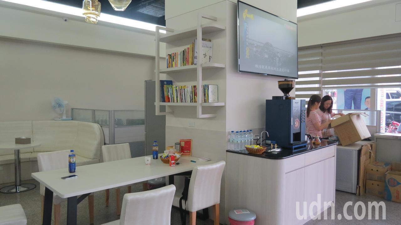 苗栗縣議員參選人余文忠競選總部設有書櫃,提供民眾閱讀。記者范榮達/攝影
