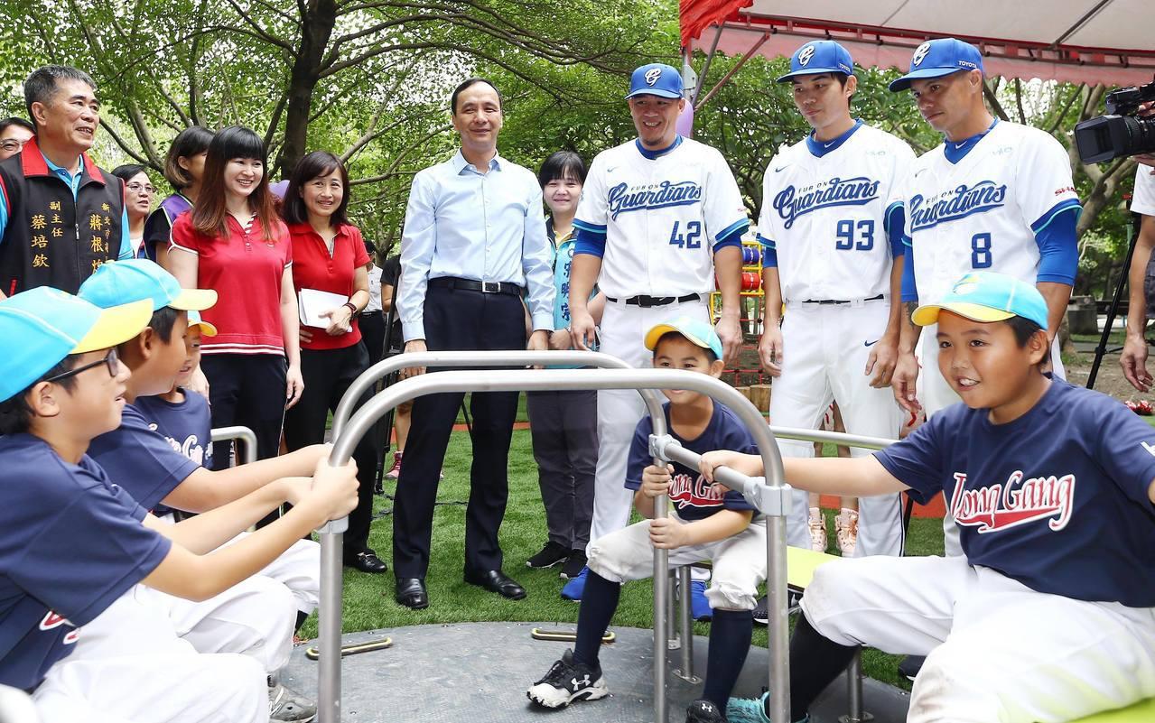 新北首座棒球主題共融兒童遊戲場啟用。圖/新北市政府體育處提供