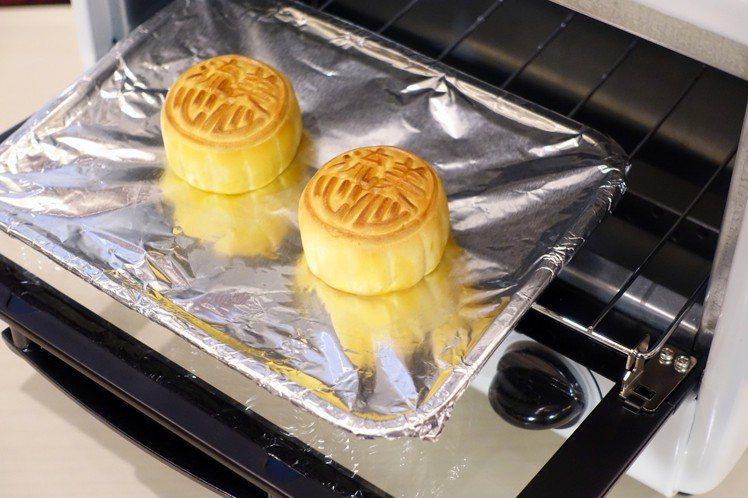 美心流心奶黃月餅無須加熱就有濃滑內餡,如想加熱則建議進烤箱12至15秒即可。圖/...