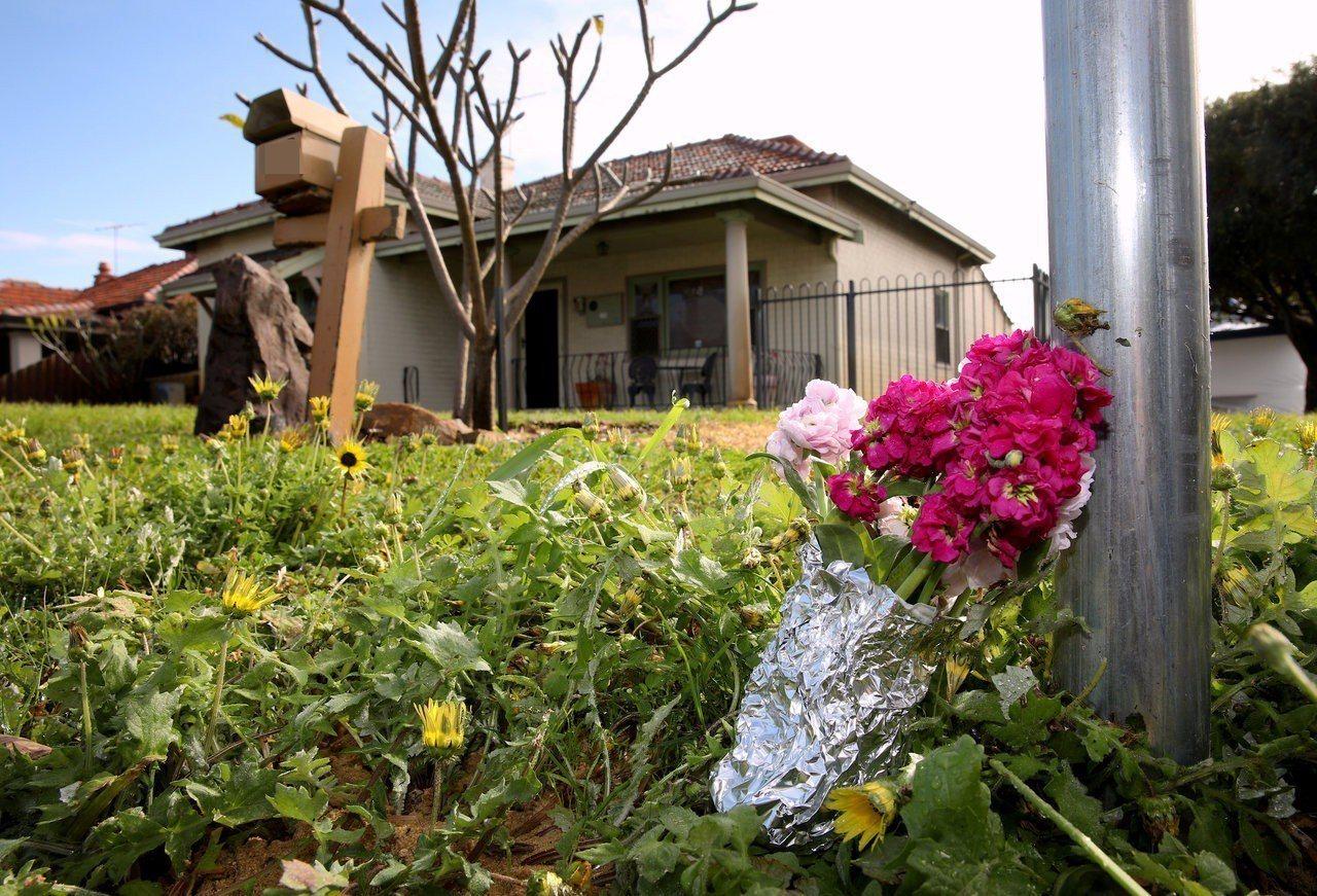 哈維一家人居住於伯斯郊區,有人在屋外放置一束花,哀悼死者。(路透)