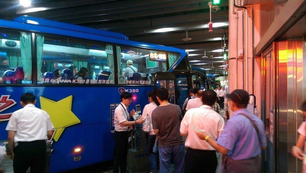 因應中秋節三天連續假期,首都客運針對台北-宜蘭國道路線提供優惠票價。 圖/首都客...