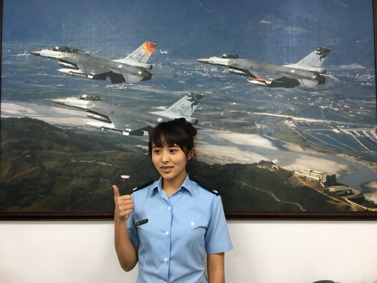 負責招募業務的空軍下士藍心慈,高職畢業後即投入軍職,今年已4年,不僅買了一台車,...
