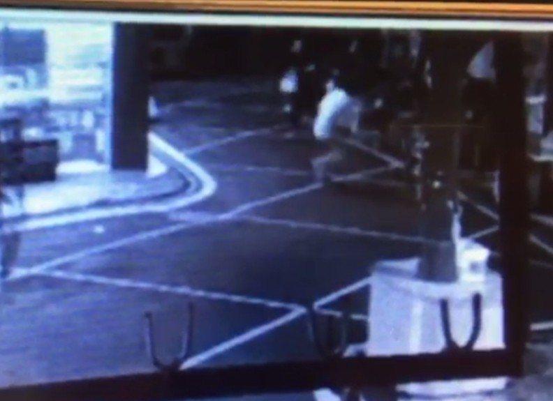 3名嫌犯從店內打到店外,隨即轉身逃跑。記者林昭彰/翻攝