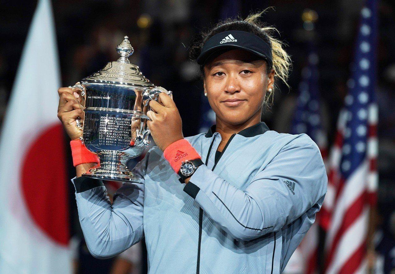 日籍網球選手大阪直美高舉2018美國公開賽女子冠軍金盃時,配戴了星辰Eco-Dr...