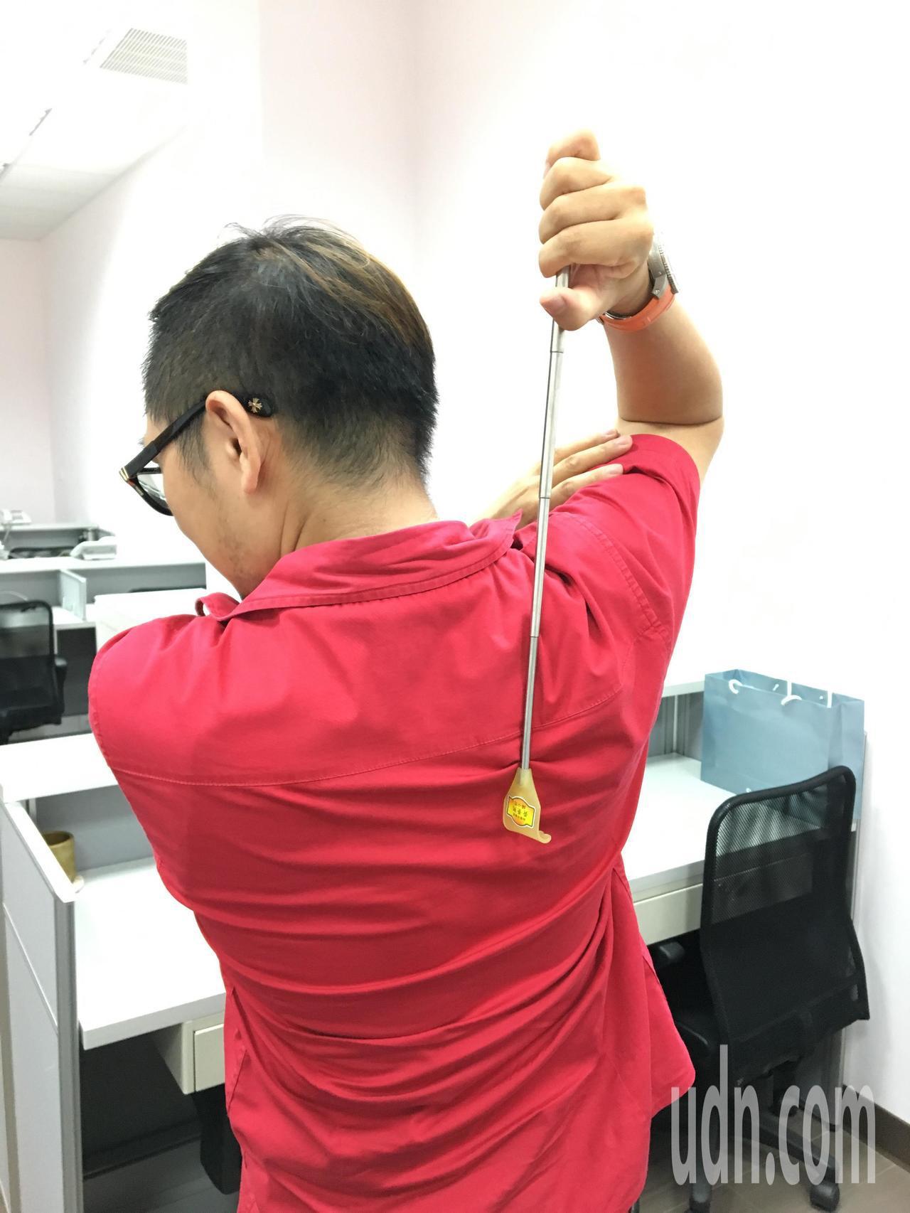 桃園市議員黃景熙特別訂製「不求人」當作文宣品分送給市民。記者張裕珍/攝影