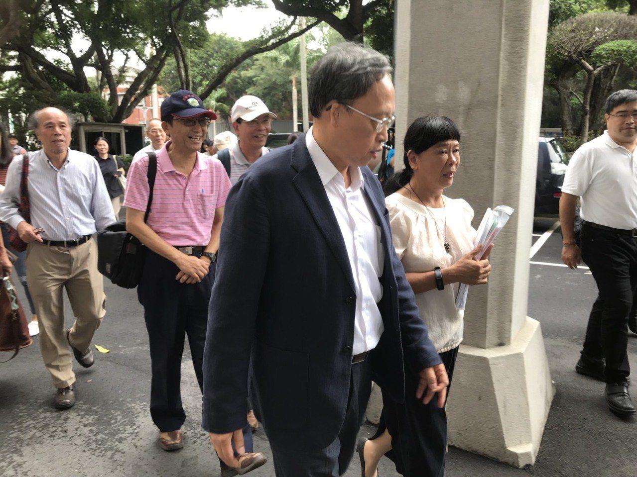 教育部長葉俊榮七月十六日上任後,對台大校長案提出「第三條路」,不過目前證實這條路...