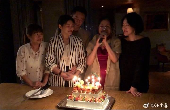 徐媽媽(右二)日前慶生,大小S都陪在媽媽身邊。圖/摘自汪小菲微博