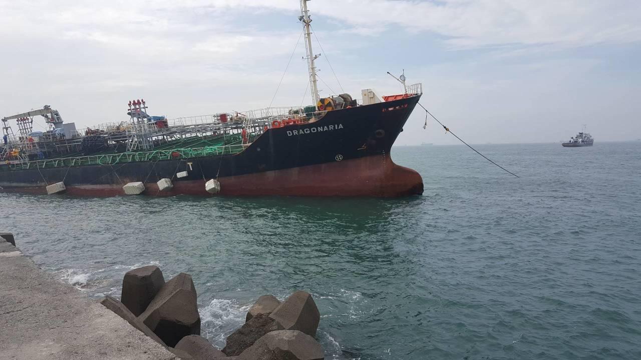 「飛龍」輪船艏現已脫離一港口南防波堤約20公尺,預計利用今天晚間趁著海水滿潮時實...