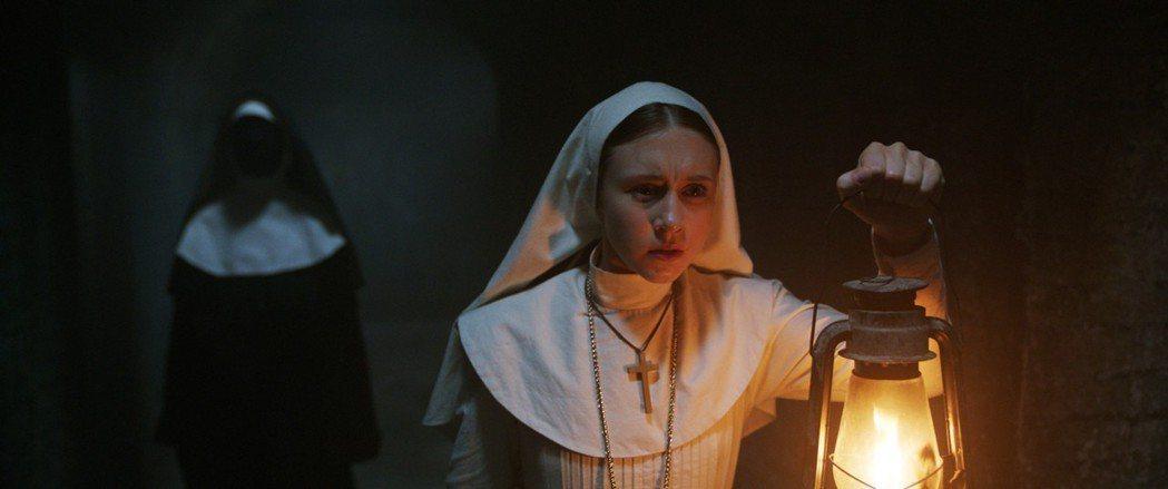 「鬼修女」劇照。圖/華納兄弟提供