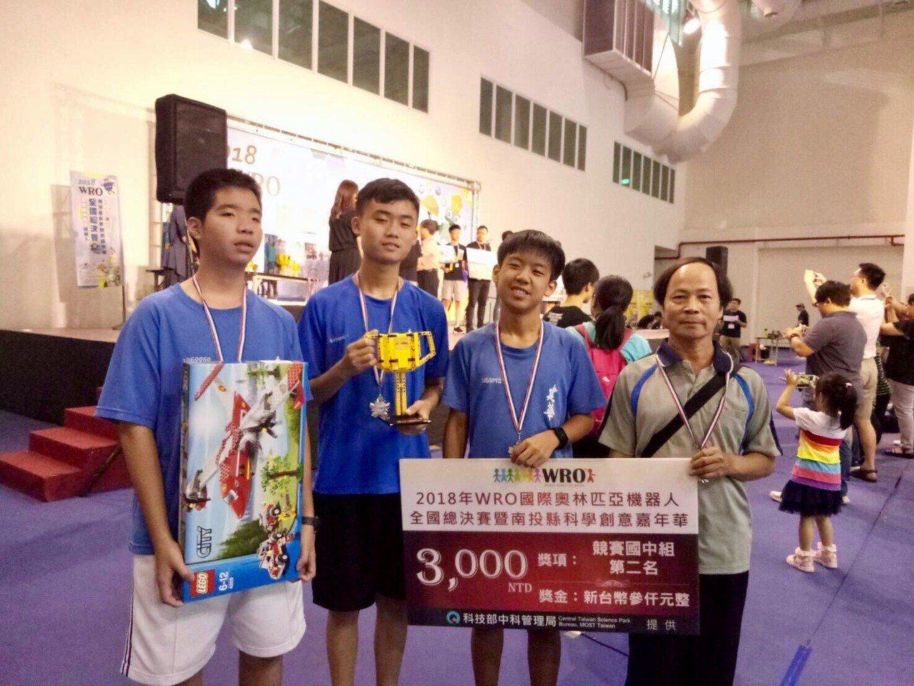 左起為建華國中學生歐邑衡、蔡定倫、林志曄與教練李海清。圖/建華國中提供