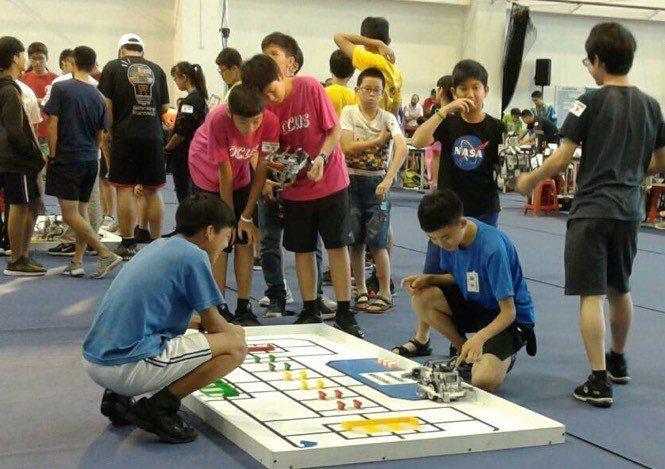建華國中「神奇海螺」隊,在WRO國際奧林匹克機器人大賽台灣代表選拔賽獲銀牌,並取...