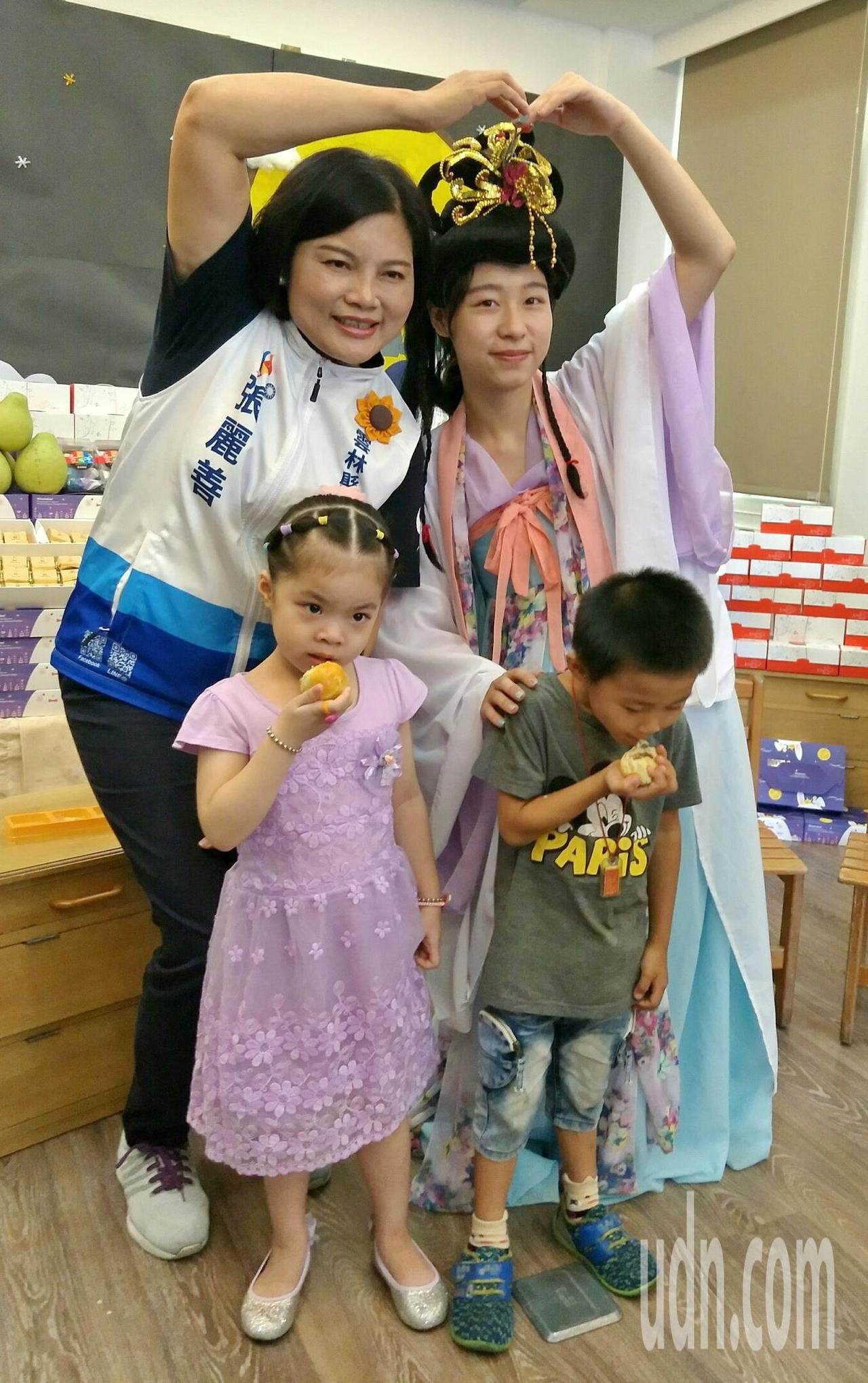 嫦娥陪同送愛心月餅,小朋友吃得超開心。記者蔡維斌/攝影