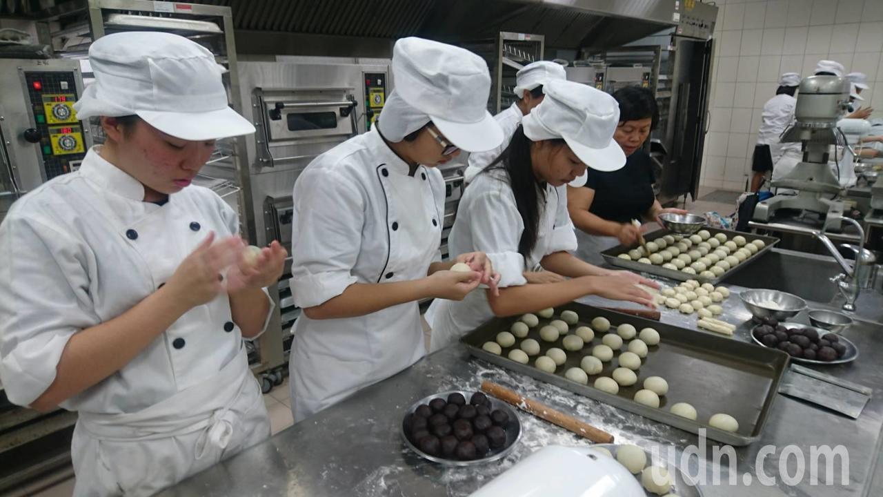 國立曾文家商餐飲管理科學生們製作蛋黃酥分送給獨居長輩。記者謝進盛/攝影