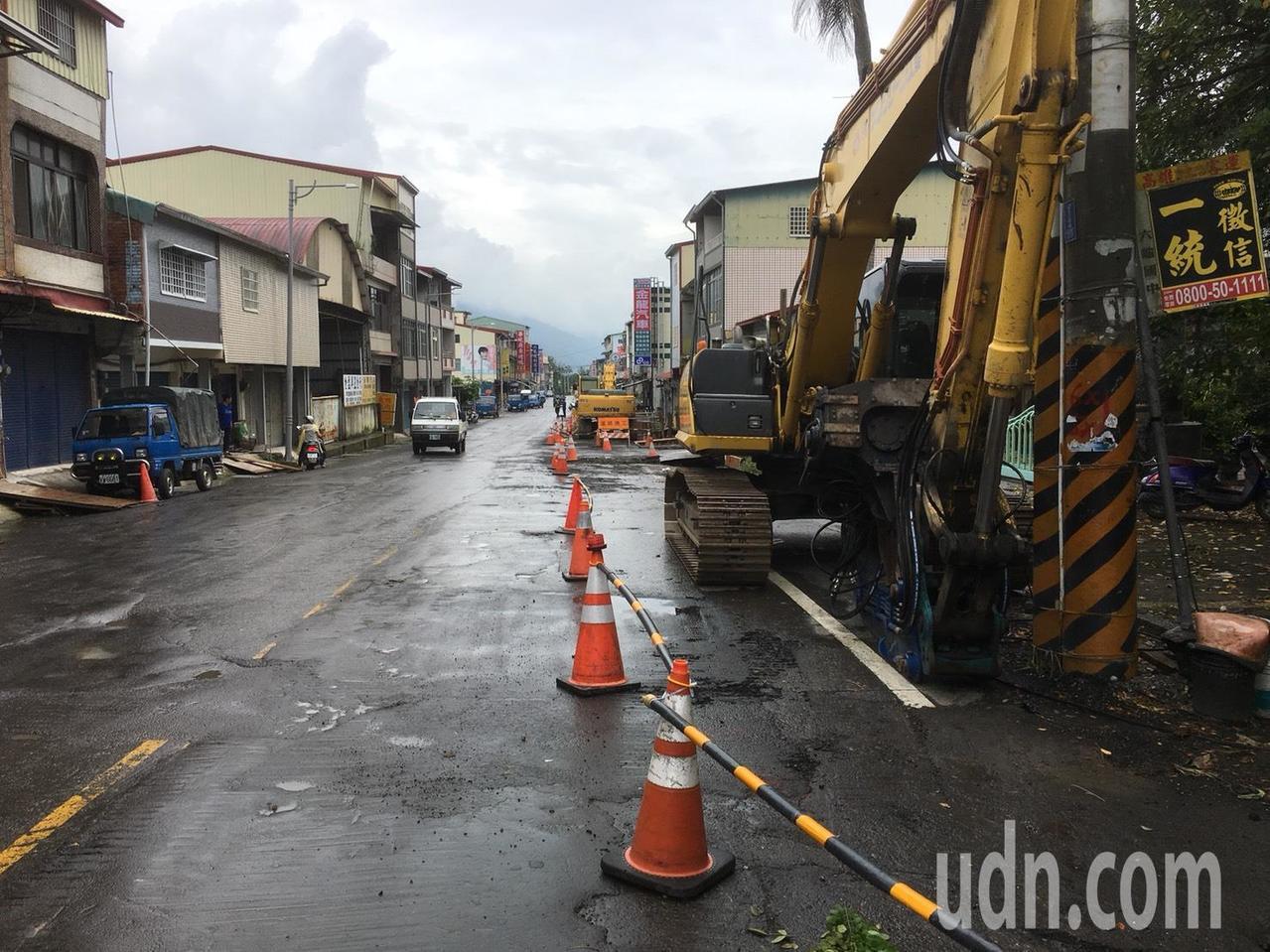 台27甲線六龜區光復路段進行道路拓寬工程,年初施工至今尚未完成。記者徐白櫻/攝影
