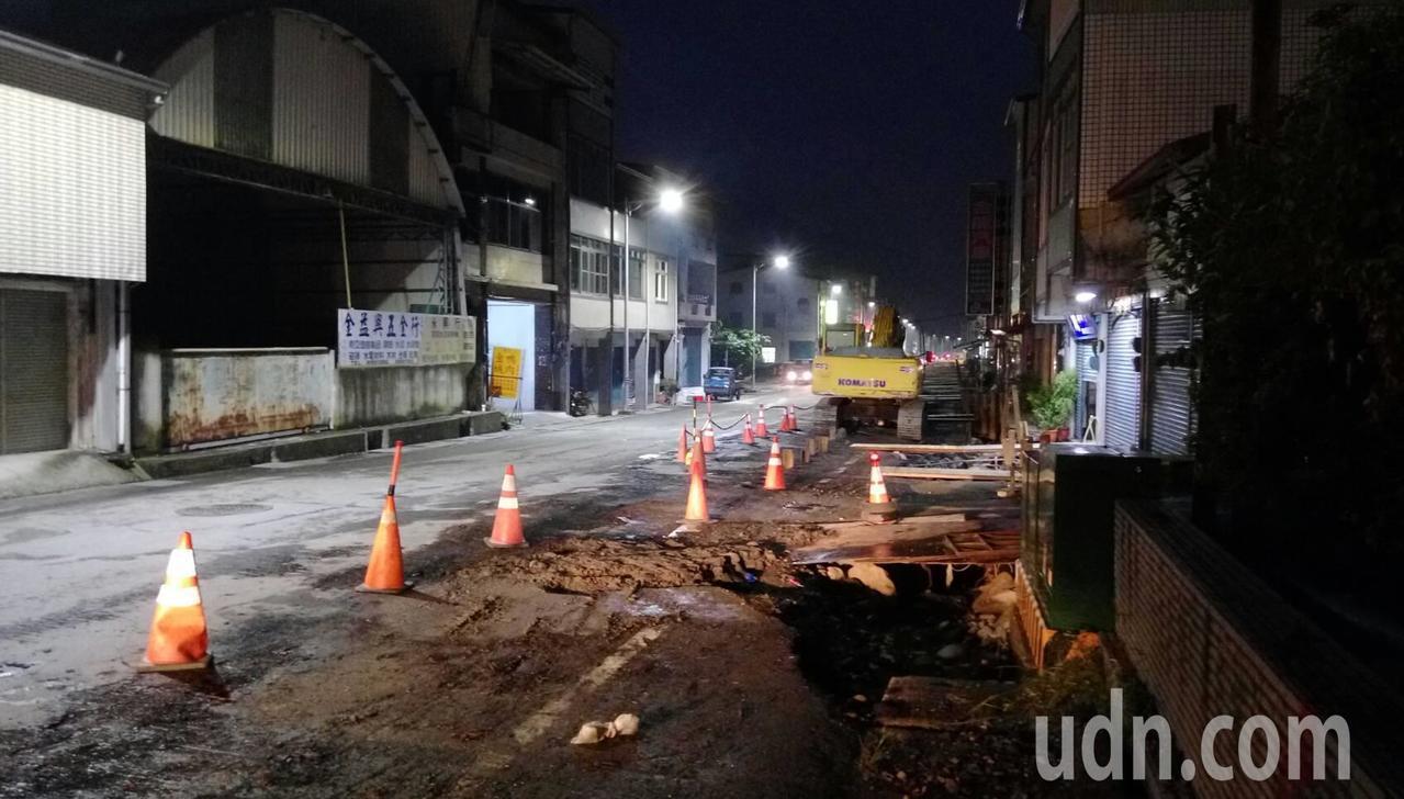 六龜市區道路施工多時,居民抱怨夜間照明不足,路況非常危險。記者徐白櫻/翻攝