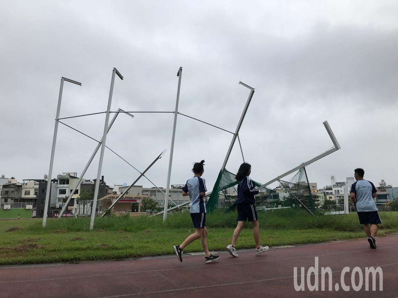 屏東縣東港高中新建置好的投擲場已傾倒3個月未修復,開學後引起不少民眾關注及詢問。...