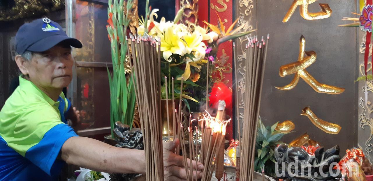 基隆中元祭今正式關龕門,主祭者上香獻果後,將龕門鎖上。記者賴郁薇/攝影