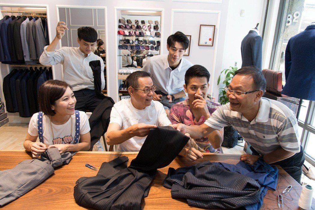 蔡振南(左二)自誇針線活很天才。圖/三立提供