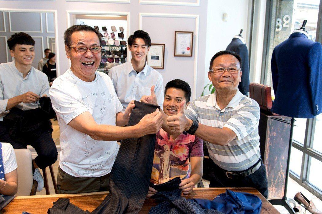 蔡振南(左)自誇針線活很天才。圖/三立提供