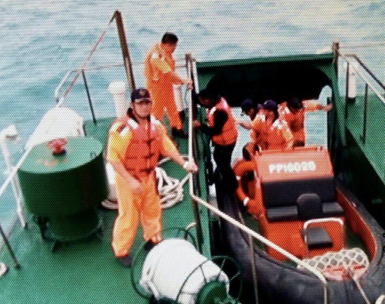 台南安平沿海今天風浪大,何姓船長管筏翻覆,由台南海巡隊人員救上巡防艇。記者黃宣翰...