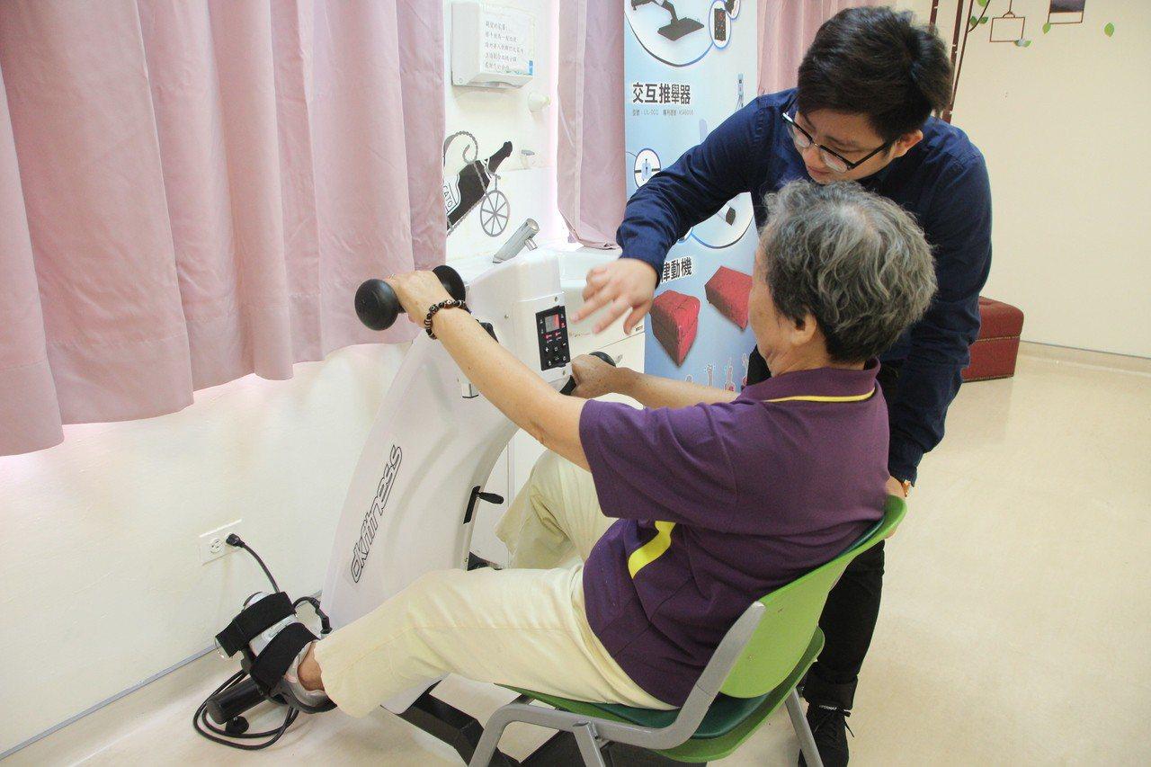 陽光學堂讓認知障礙者參與團體,學新事物刺激大腦,也會開各別運動菜單,訓練肌力與平...