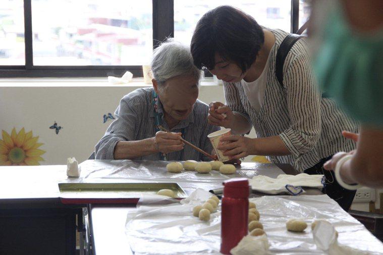 陽光學堂讓認知障礙者參與團體,學新事物刺激大腦,看似簡單的烘焙DIY,都包含手部...