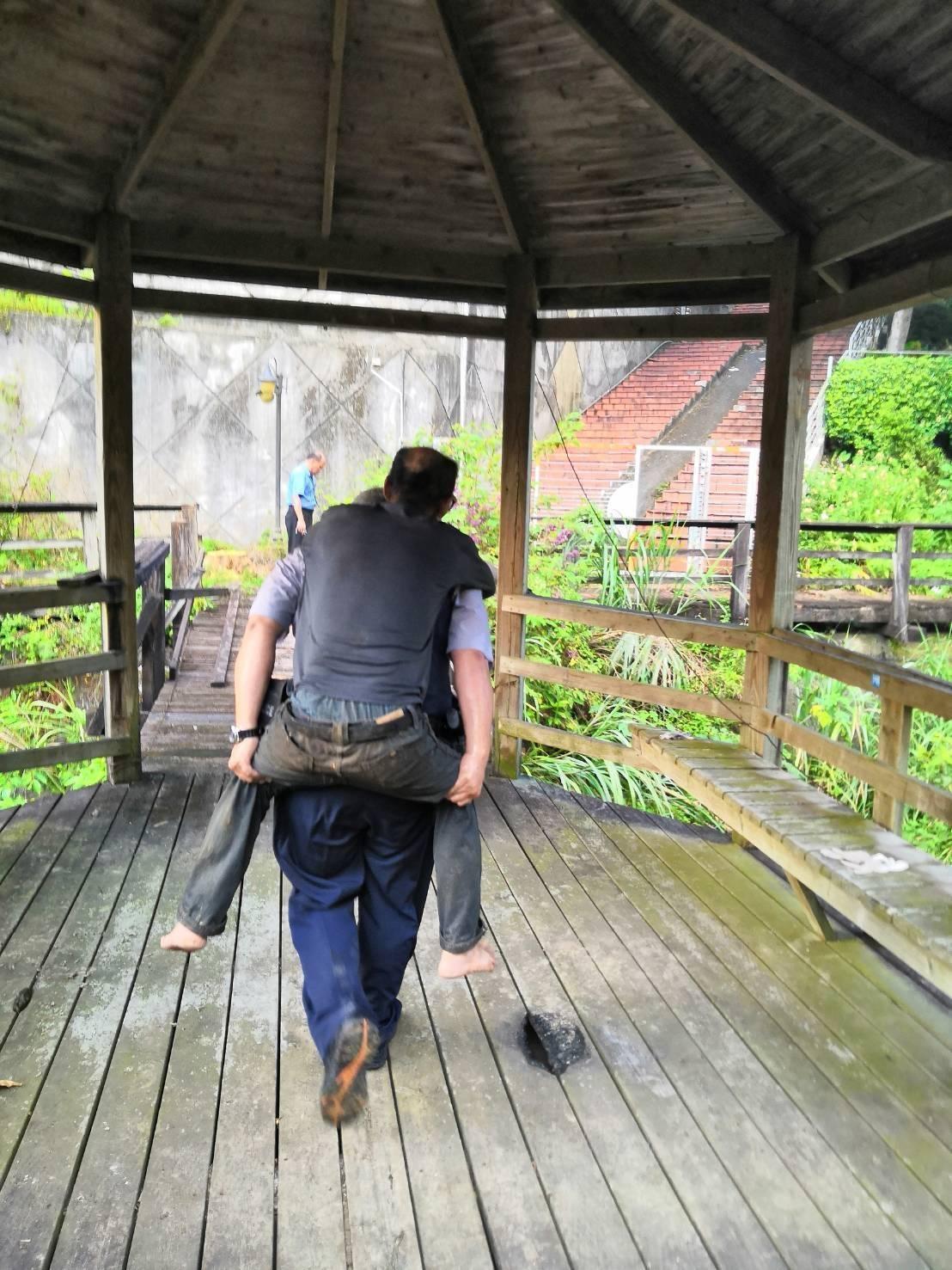 老翁山中迷途發抖,壯警背下山助返家。記者廖炳棋/翻攝