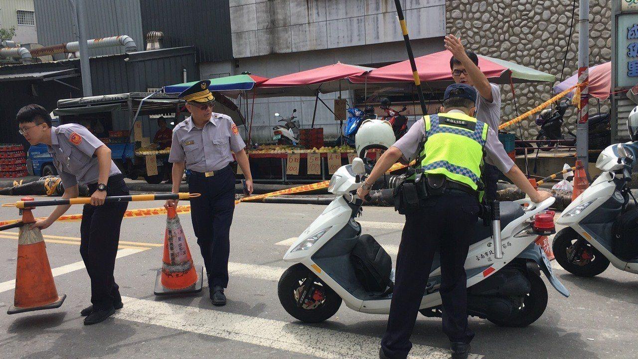 員警與巡守隊協助救災維持災區交通秩序。圖/員警提供