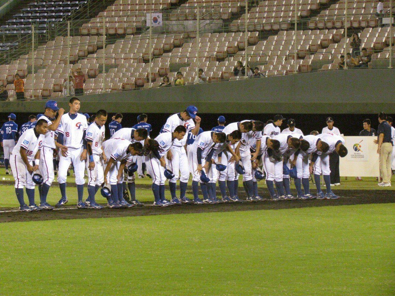 中華隊在冠軍戰落敗,球員向球迷鞠躬致意。記者婁靖平/攝影
