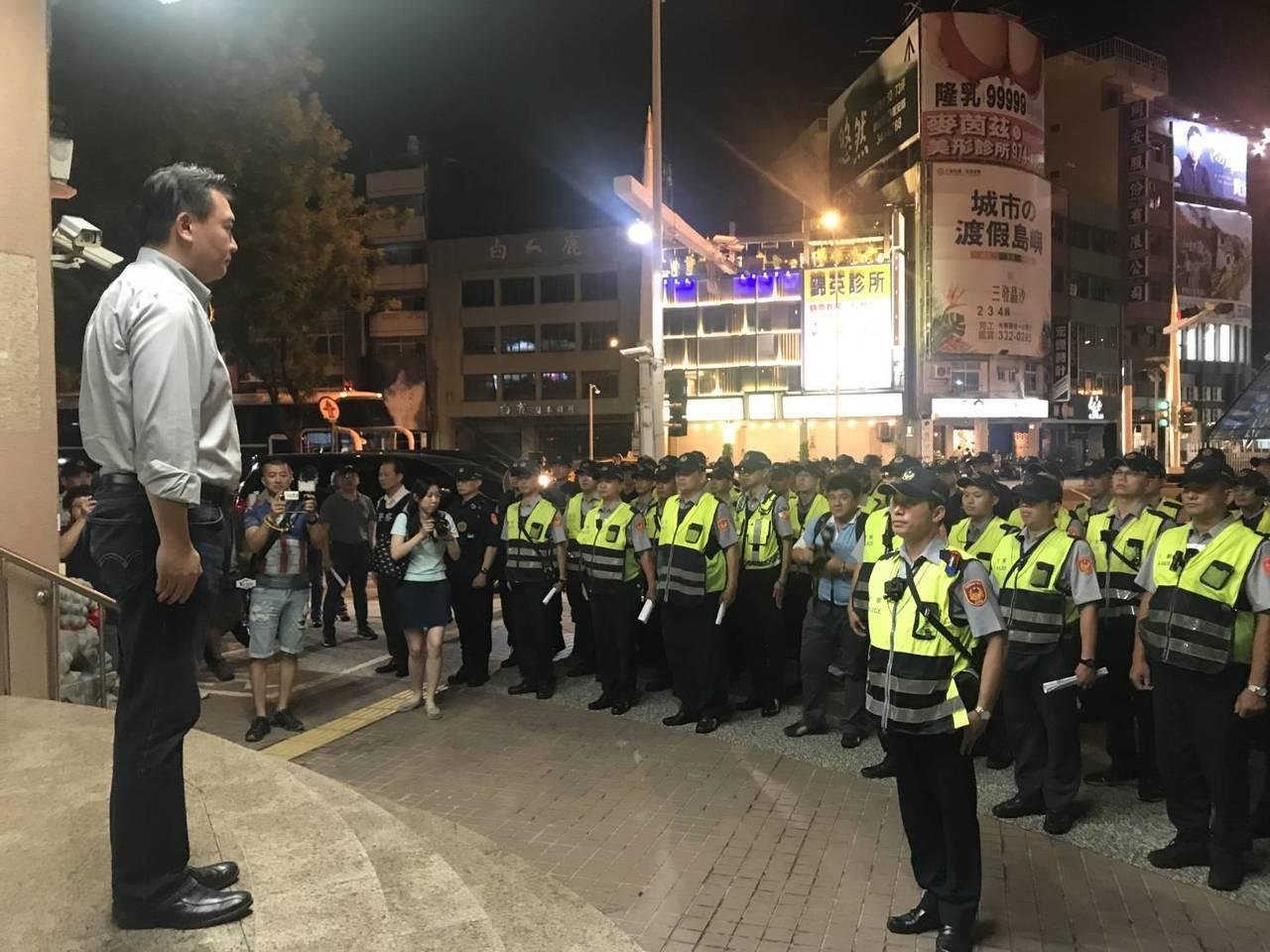 高市警局今天發布青春專案績效,圖為高市代理市長許立明(左)率隊擴大臨檢。記者林伯...