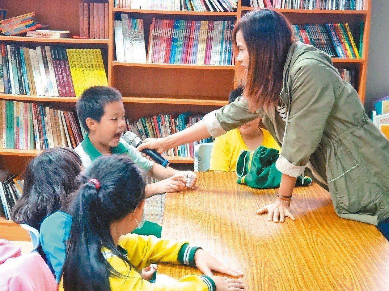 小一生明年8月起就可選讀新住民語,部分國小已先試辦教學,請新住民媽媽教孩子學越南...