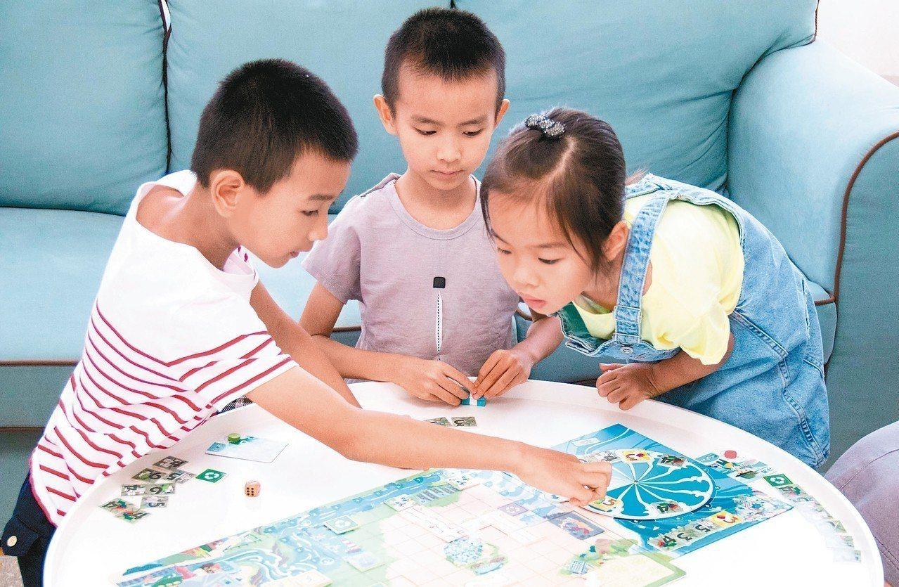 學童試玩「海洋危機」桌遊,過程中腦力激盪,順道認識台灣的海洋汙染現況。 圖/綿羊...