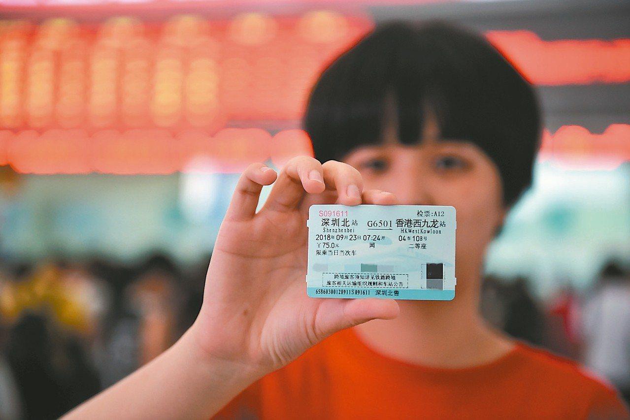 即將通車的廣深港高鐵各次列車車票昨天在大陸和香港同步發售,首發列車不到1小時就全...