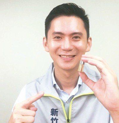 民進黨新竹縣長參選人鄭朝方是調香師,推出迷你小香水。 圖/鄭朝方競選團隊提供