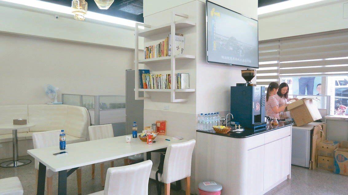 苗栗縣議員參選人余文忠競選總部別開生面設有書櫃,提供民眾閱讀。 記者范榮達/攝影