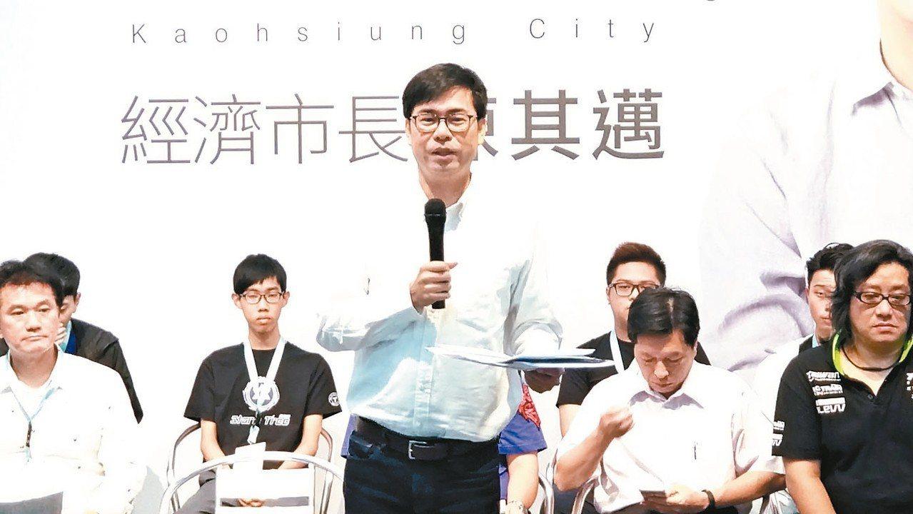 民進黨高雄市長參選人陳其邁今天成立商圈後援會,他提出導入科技支付與結合使用「高雄...