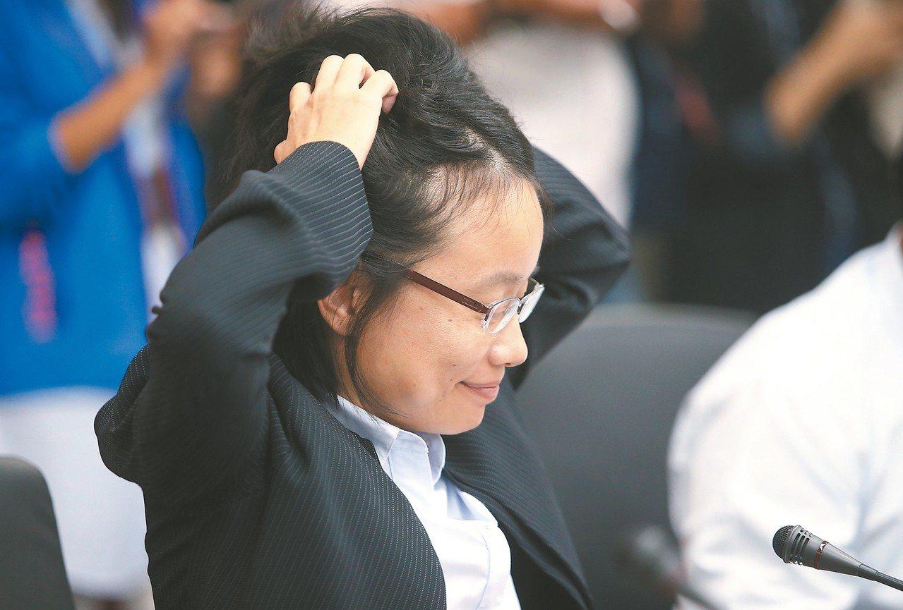 北農總經理吳音寧昨市場改建案報告,會議間雙手抓頭面露苦惱狀。 記者余承翰/攝影