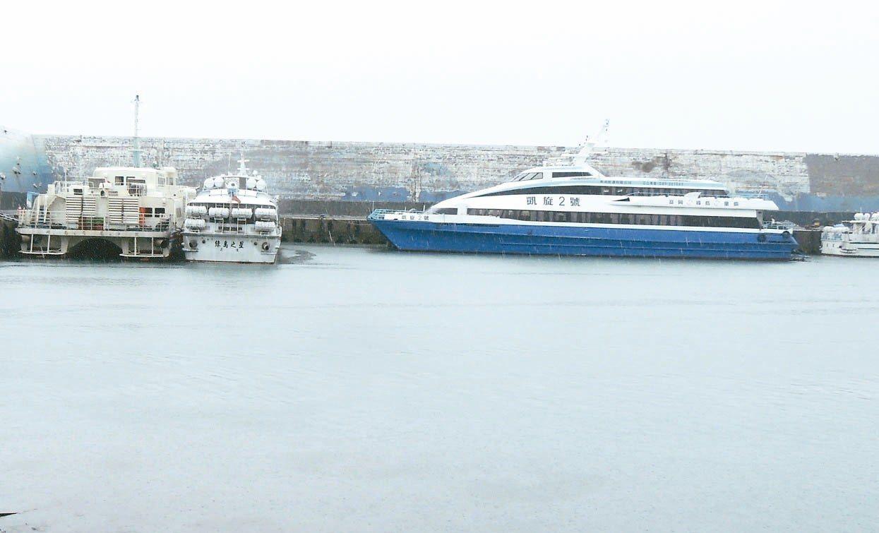 受熱帶低壓影響,東部外海海象惡劣,昨天蘭嶼及綠島往返台東的客輪交通停擺,所有客輪...