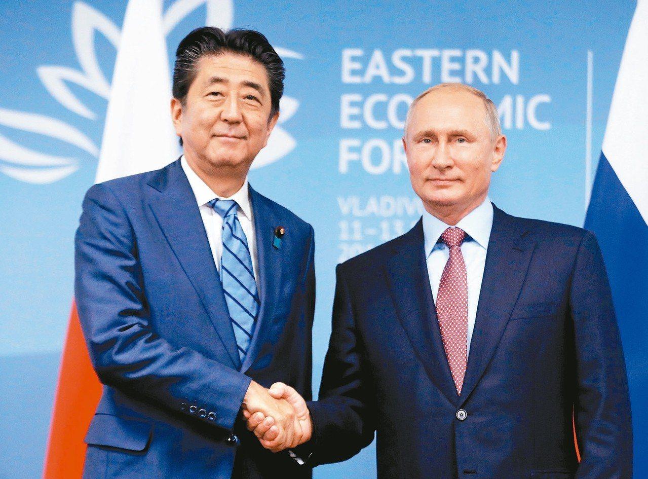準備出席「東方經濟論壇」的日相安倍晉三(左)十日在海參崴與俄羅斯總統普亭(右)會...