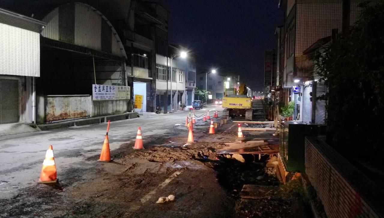 六龜市區道路施工多時,居民抱怨夜間照明不足,路況非常危險。 記者徐白櫻/翻攝